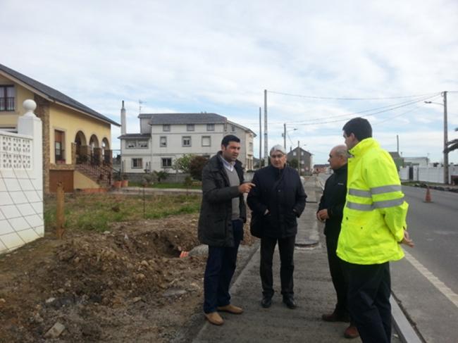 Javier Castiñeira con representantes dos veciños e da empresa constructora.